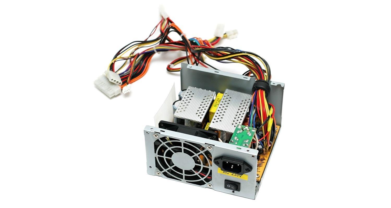 Una fuente de alimentación (PSU) para ordenador sobre un fondo blanco