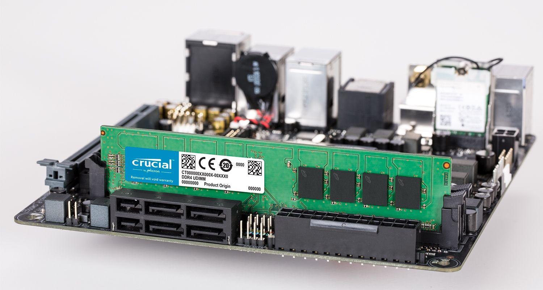 Crucialメモリモジュールとマザーボード。