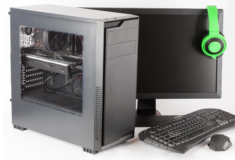 Computadora de juego con monitor y auriculares.