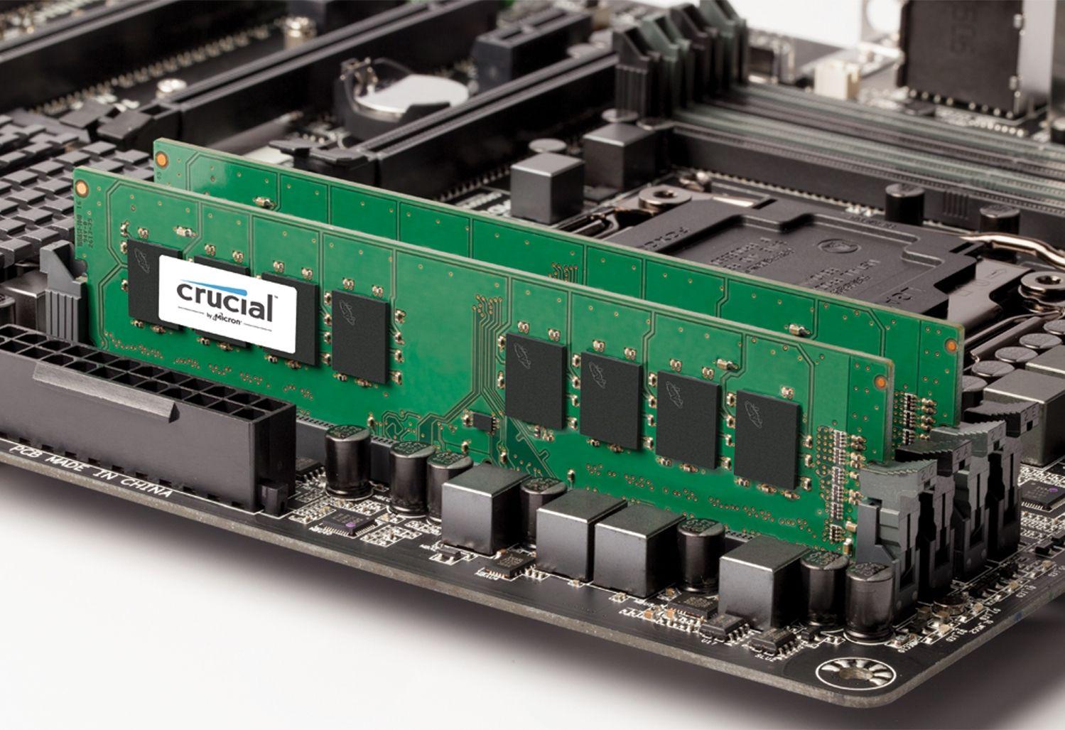 Un modulo di memoria RAM Crucial su una scheda madre per computer esposta per indicare come aggiornare la memoria su un computer vecchio
