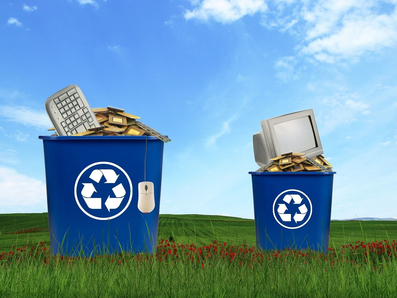 電腦元件包括螢幕、滑鼠、鍵盤和 CPU,丟棄在回收筒內
