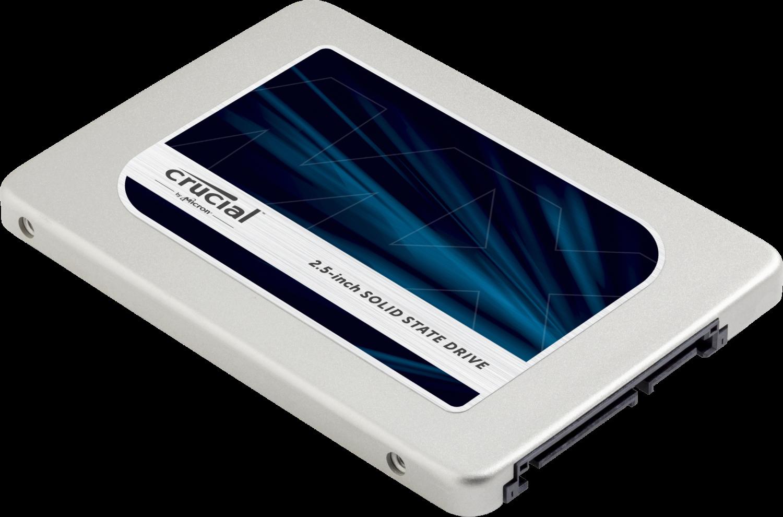 흰색 배경의 컴퓨터에서 분리된 Crucial 솔리드 스테이트 드라이브(SSD)